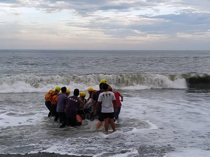 搜救人員找尋下船點搶救落海張生。(記者陳賢義翻攝)