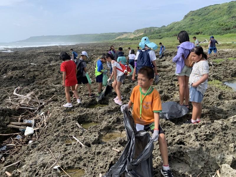營隊帶孩童目睹墾丁海漂垃圾衝擊。(記者蔡宗憲翻攝)