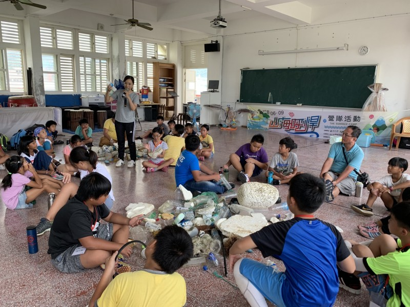 營隊帶孩童目睹墾丁海漂垃圾衝擊並討論作法。(記者蔡宗憲翻攝)