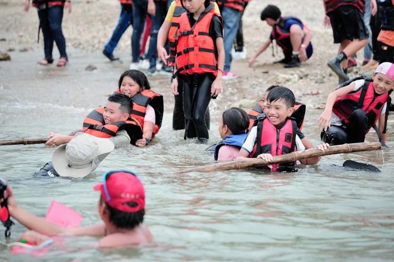 營隊還帶孩童進行水域安全宣導與水上自救訓練。(記者蔡宗憲翻攝)