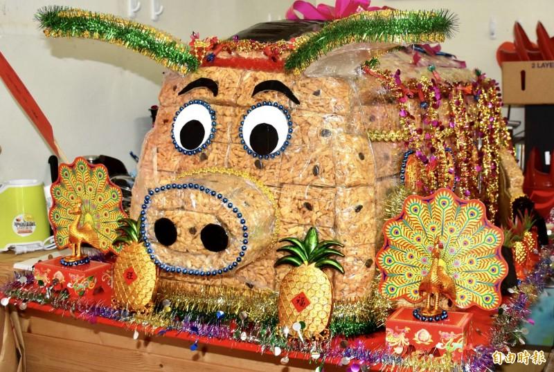 沙琪瑪「飛天豬」,在豬年顯得特別討喜。(記者李容萍攝)