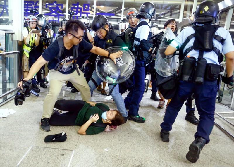 第1份針對反送中抗爭者所做的背景研究顯示,反送中示威者近60%不到30歲,約75%「受過至少大學教育」,16%過去從未參與過社會運動。圖為香港警方13日驅離香港國際機場的抗爭者。(路透)