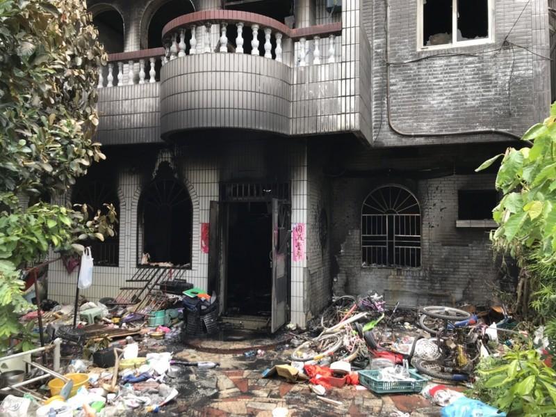 新竹縣消防局火調人員初步研判,起火點疑在透天厝一樓右側前庭,現場並發現菸蒂、菸灰和菸盒等跡證,不排除就是菸蒂引發火警。(記者廖雪茹翻攝)