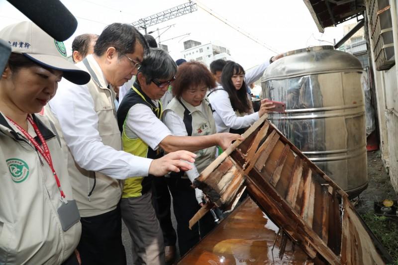 台南市長黃偉哲(左二)與防疫人員在南鐵拆除工地發現廢棄傢俱有積水。(記者王俊忠翻攝)