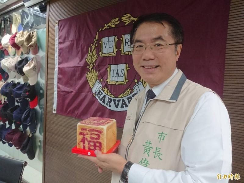 今天中元普度拜拜,台南市長黃偉哲推廣這款「金紙吐司」。(記者洪瑞琴攝)