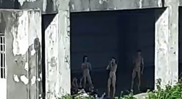 身穿肉色舞衣的舞者在廢棄工廠內休息,差點讓路過的人車誤會了。(取自彰化踢爆網)