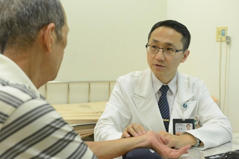 呂秉勳為病患診療。(台北慈濟醫院提供)