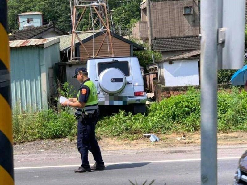 開賓士休旅車的女駕駛,因彎腰拿墨鏡,不慎擦撞路邊車輛,最後反彈栽進草叢裡。(取自臉書「爆料公社」)