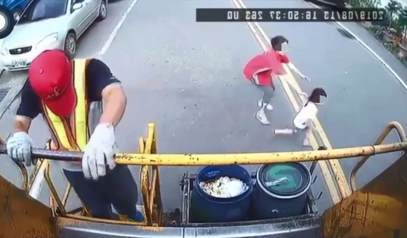 女童突然掙脫媽媽的手,往前暴衝過馬路。(翻攝畫面)