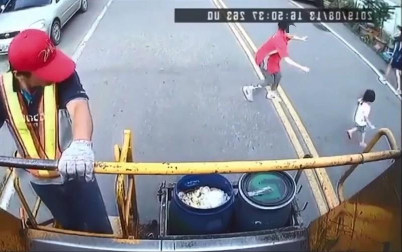 女童暴衝過馬路,媽媽在後方情急阻止。(翻攝畫面)