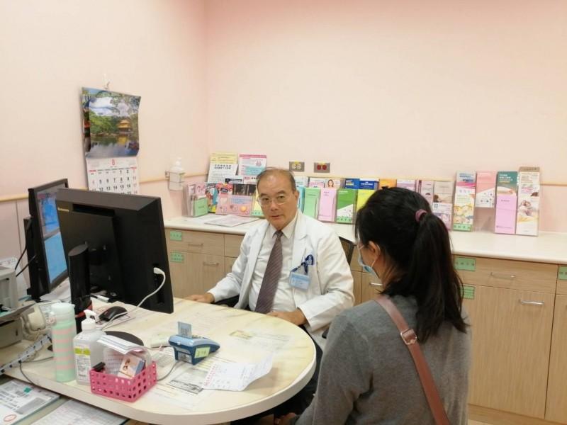 台南市立安南醫院婦產科醫師吳志南為女患者看診。圖中女患者非新聞人物,(記者王俊忠翻攝)