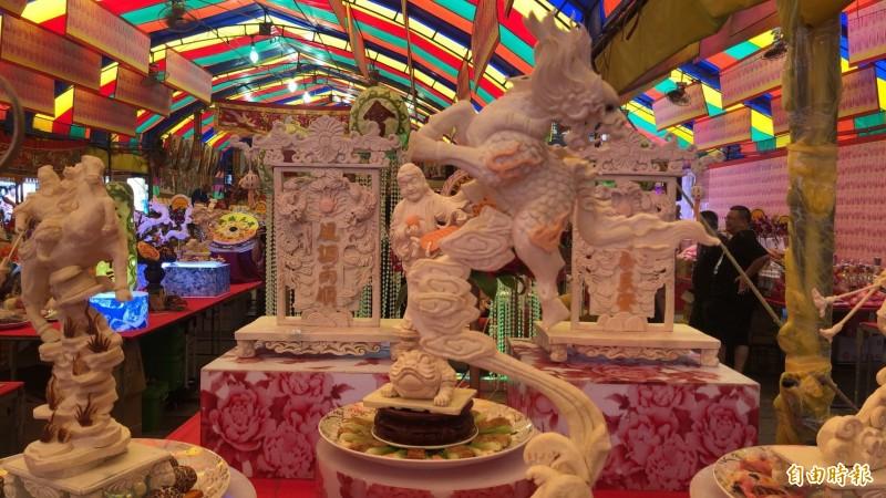 鎮瀾宮中元普度美食展場面盛大,芋頭雕刻相當吸睛。(記者張軒哲攝)