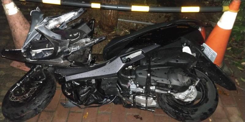 女大生的機車嚴重毀損。(記者許國楨翻攝)