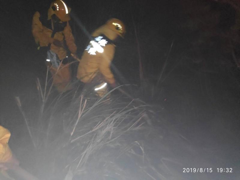 台東林管處夜間派出森林救火隊到綠島撲滅森林殘火。(台東林管處提供)