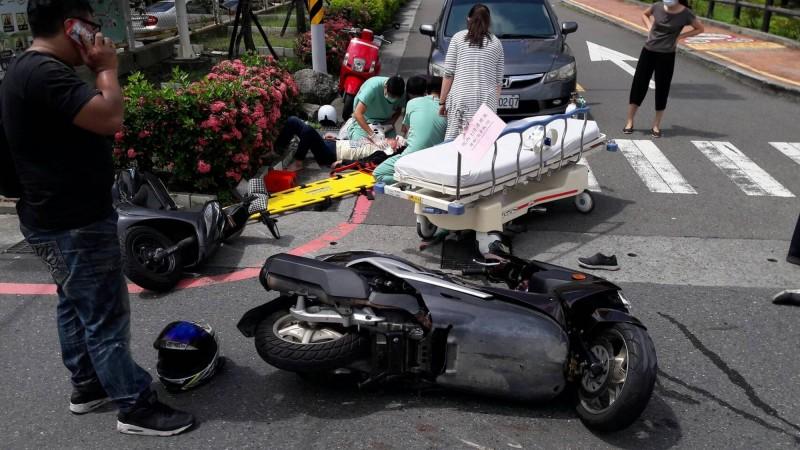 8月14日上午,台南市立安南醫院前方路口又發生一件車禍。(記者王俊忠翻攝)
