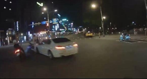 轎車女駕駛莫名左轉快車道造成兩名機車騎士受傷。(記者劉慶侯翻攝自爆料公社)