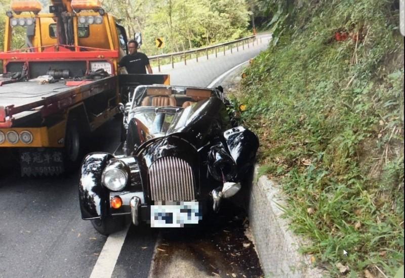今天上午10時許有民眾駕駛400萬的英國骨董車頂級款MORGAN Plus 4 自撞山壁。(記者陳薏云翻攝)