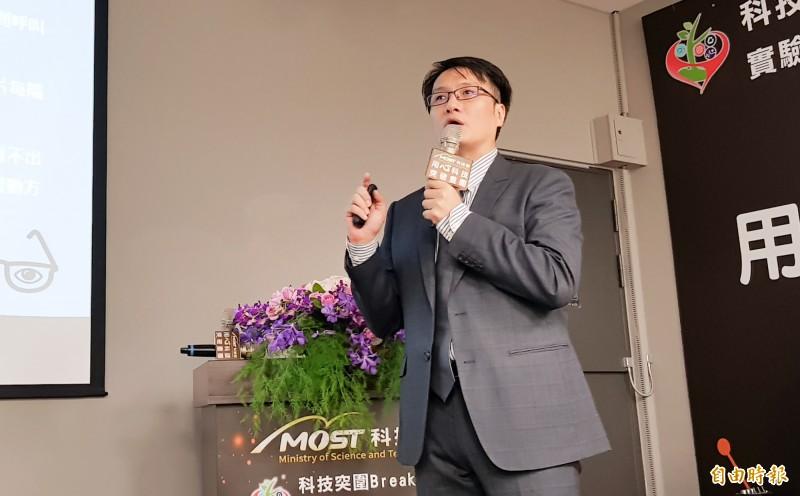 台北科技大學副研發長劉益宏、實踐大學工業設計、台北榮總復健醫學部等教授及醫師組成跨領域研究團隊,開發出腦機介面溝通系統和智慧眼控裝置。(記者簡惠茹攝)