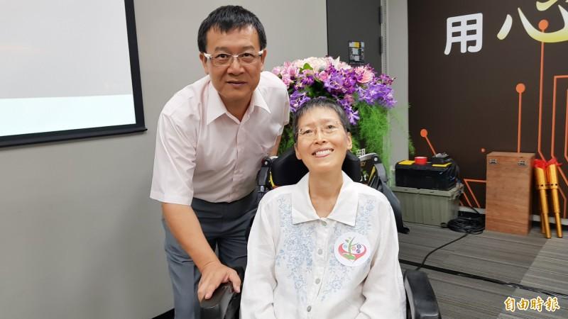 漸凍症患者陳俊芝(右)與丈夫黃景祥(左)。(記者簡惠茹攝)