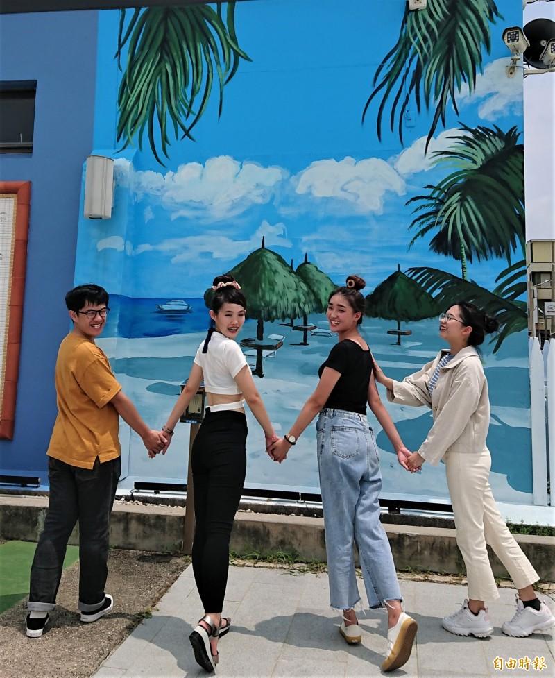 北門遊客中心館外牆面色彩繽紛的浪漫壁畫。(記者楊金城攝)