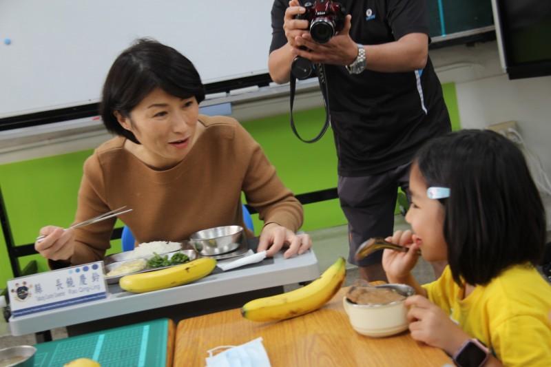台東縣長饒慶鈴與學生吃營養午餐。(台東縣府提供)