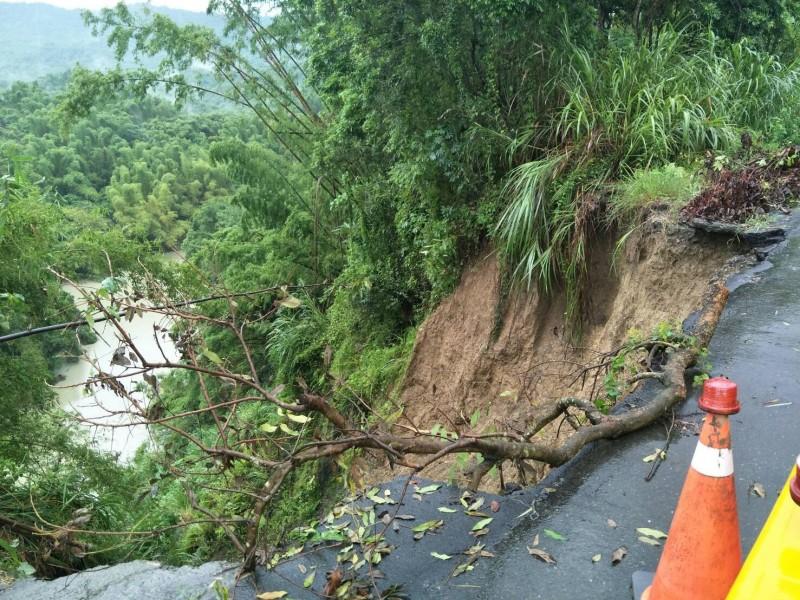 六甲大丘里嶺頂往大丘園產業道路坍方,路基流失,造成雙向交通中斷。(記者楊金城翻攝)