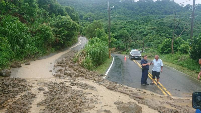 土石流由產業道路下來流到175線。(記者楊金城翻攝)