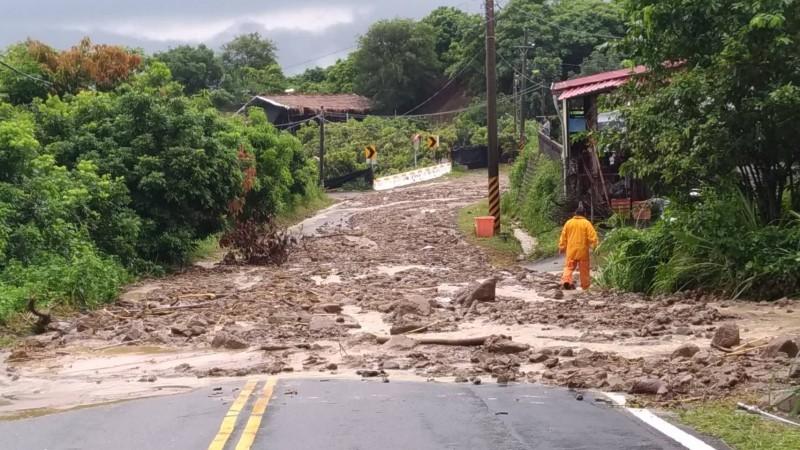 連日豪雨,導致台南市市道175線23.5k(舊174線49k)六甲段連續二天造成土石流,掩沒車道150公尺長,阻斷交通。(記者楊金城翻攝)