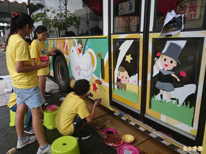 「2019Eureka!Fun藝術」系列活動,今天封路彩繪,大台南公車變身超級大畫布。(記者洪瑞琴攝)