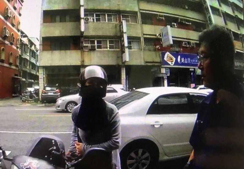 員警跟著王女離開銀行門口,確定她離開了不匯款。(記者洪臣宏翻攝)