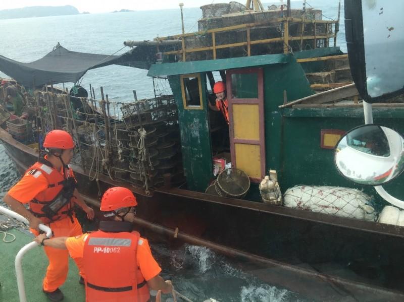 馬祖海巡隊今天在東引外海,查獲入侵我海域的中國無名鐵殼船,海巡隊登船查驗後,將鐵殼船與4名船員帶回扣留查處。(記者俞肇福翻攝)