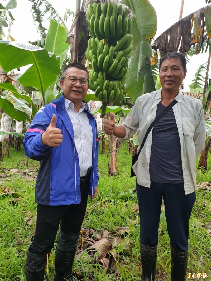 簡良智(右)的種香蕉理論,連農糧署南區分署長姚志旺(左)也說讚。(記者羅欣貞攝)