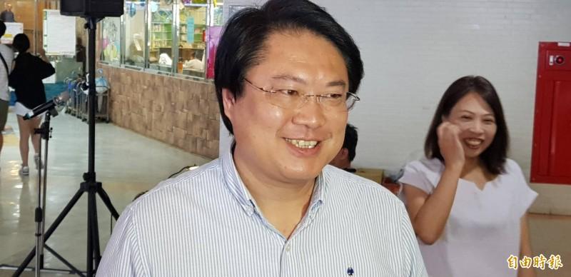 基隆市長林右昌年輕時的照片,酷似日本男星三浦春馬,林右昌受訪笑說,給他3個月的時間來減重。(記者俞肇福攝)