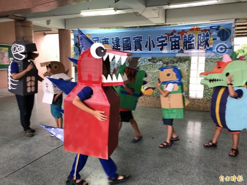 迎接開學,小朋友化身恐龍佔領學校。(記者羅欣貞攝)