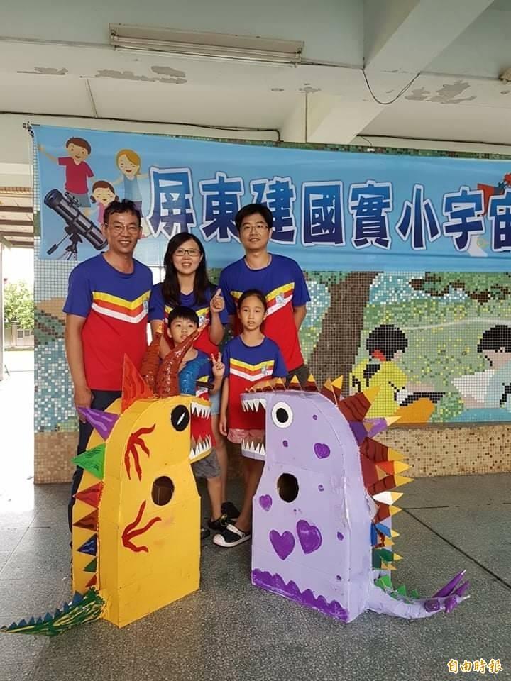 建國國小校長施世治(左一)和學生、家長們同樂。(記者羅欣貞翻攝)