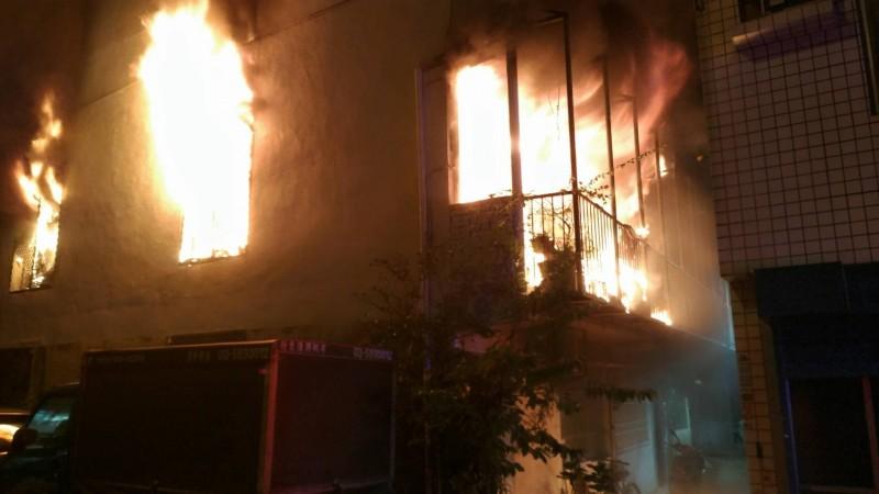 新竹縣竹東鎮榮樂街巷內一處民宅16日晚間發生火警,雖未傳出人員傷亡,卻造成30多隻毛小孩不幸命喪火窟。(記者廖雪茹翻攝)
