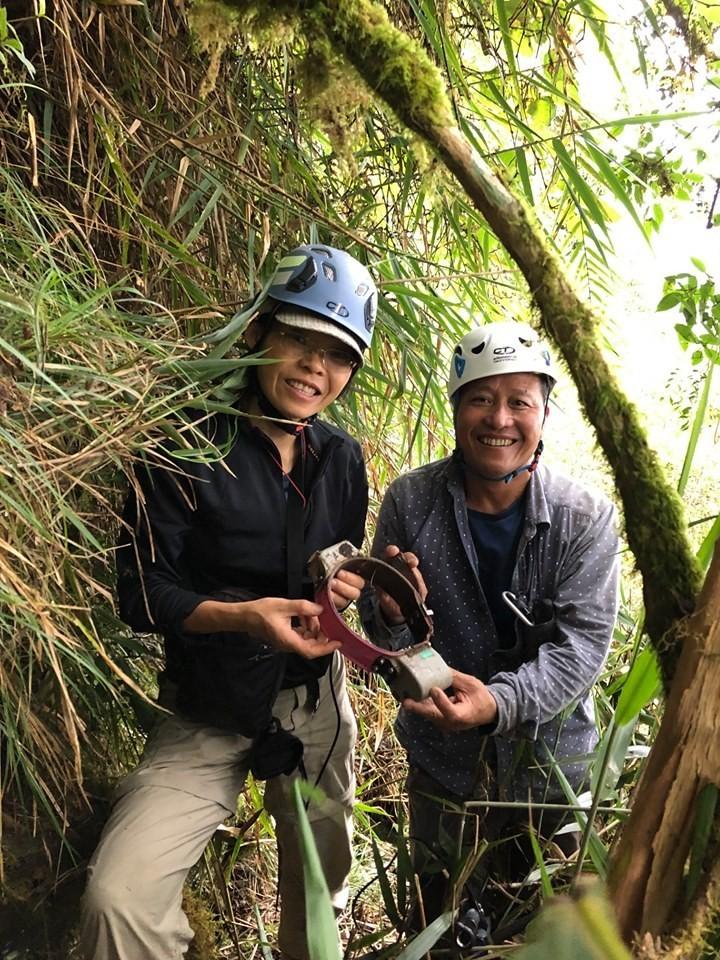 野放團隊負責人屏科大副教授黃美秀與成員上山尋回南安小熊的追蹤用項圈。(圖由黃美秀提供)
