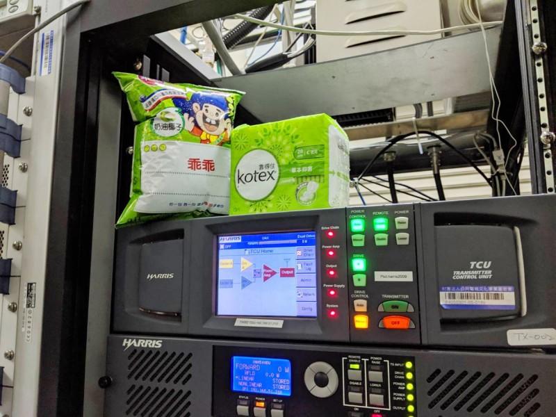 集集大山電視轉播站內的機器上,也要放靠得住和乖乖。(南投縣府提供)