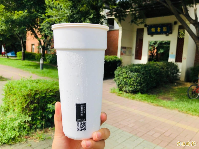 新竹縣政府環保局首度在竹北光明商圈周邊共15家店家推出「器喝茶@新竹縣」活動,並提供「你用我洗,這借那還」使用模式,希望減少使用一次性飲料杯。(記者廖雪茹攝)