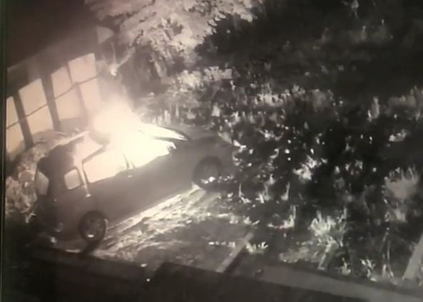 民眾監視器拍到,停在空地的休旅車突然從車內冒出火光。(記者陳建志翻攝)