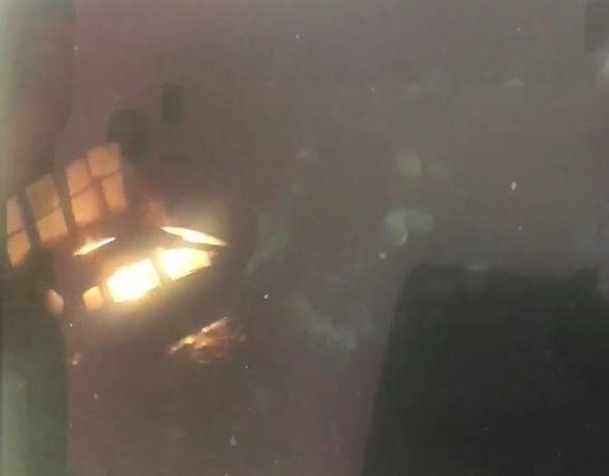 民眾監視器拍到,停在空地的休旅車突然起火燃燒。(記者陳建志翻攝)