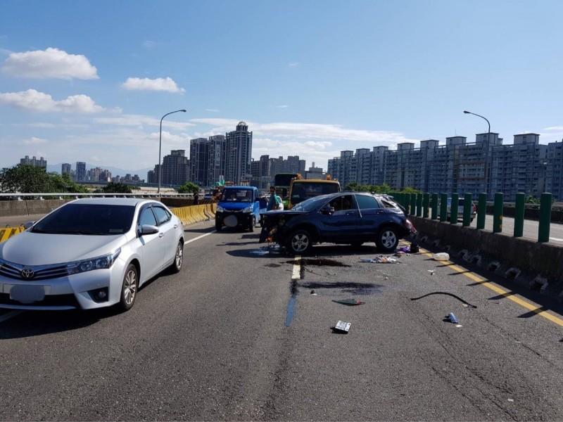 潘男的休旅車自撞,造成台65線一度大回堵。(記者徐聖倫翻攝)