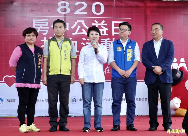 針對是否擔任韓國瑜台中競選總部主委,台中市長盧秀燕(左3)未正面回答。(記者張菁雅攝)