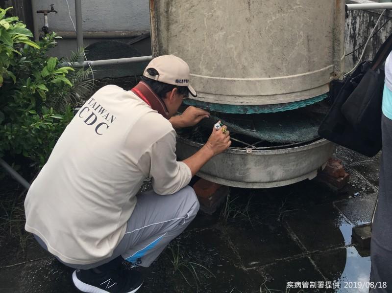 衛福部疾管署防疫人員於台北市大安區查核病媒孳生源。(圖由疾管署提供)