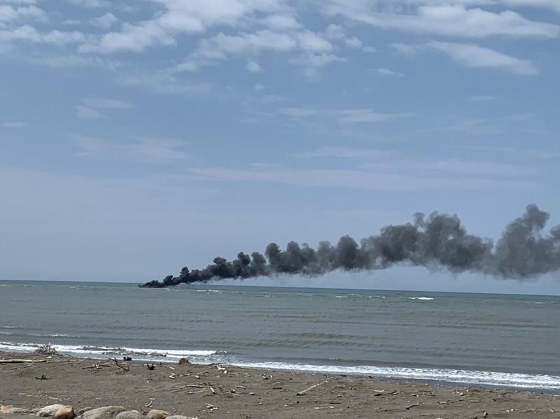 新竹南寮漁港外漁船起火,船上4人已獲救。(記者蔡彰盛翻攝)