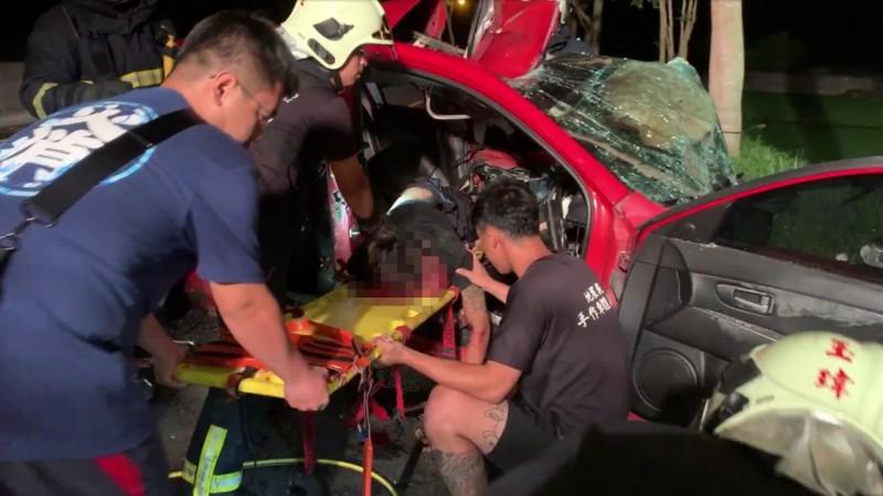酒醉開車超速自撞的黃姓駕駛傷勢嚴重,整個人卡車內消防局花了一小時才將他拉出車外。(圖由呂姓民眾提供)