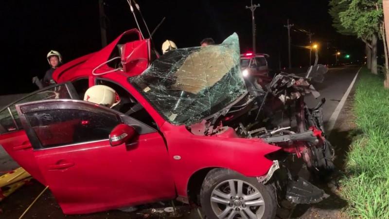 酒醉開車超速還撞到路樹,紅色小轎車撞成廢鐵。(圖由呂姓民眾提供)