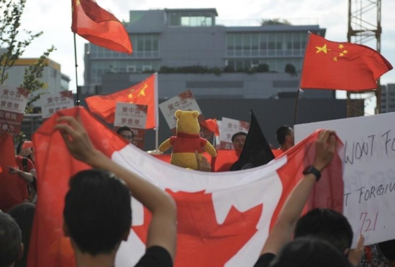 溫哥華「加港同心」支持香港集會,遇中國留學生持五星旗到場叫陣。支持香港一方持加拿大國旗。(臉書照片)
