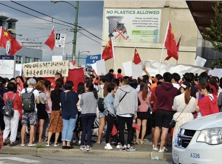 香港問題引發兩派不同陣營人士約千人對罵。(臉書照片)