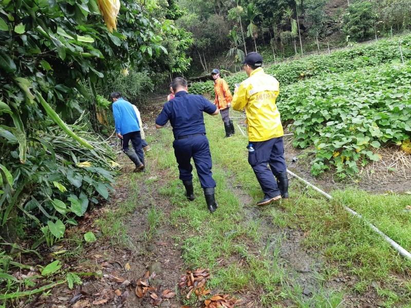 高雄那瑪夏區李姓男子失蹤至今6天音訊全無,警義消和部落族人組成的搜救隊,持續在山中冒雨搜索。(記者蘇福男翻攝)